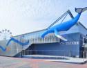 海辺のショッピングモールの象徴であったクジラのモニュメントを水族館入口に移設。