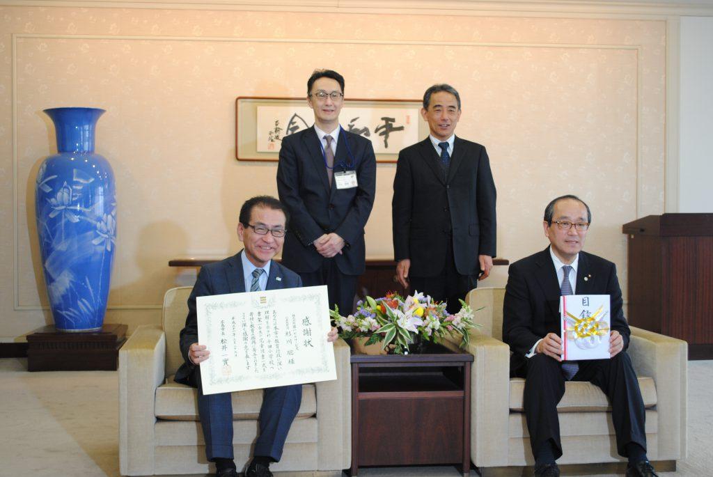 千田小学校へ書架と図書を寄付させていただいたことに対する感謝状を松井一實広島市長よりいただきました。 広島市役所前の桜もほぼ満開でした。